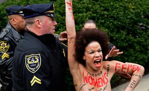 המפגינה במשפט של ביל קוסבי (צילום: Sakchai Lalit | AP)