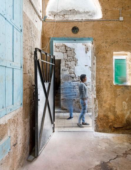 בית אבן, ג, עיצוב מיכל מטלון, מבט לסמטה (צילום: אורית ארנון)