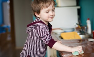 ילד מנקה (צילום: שאטרסטוק)