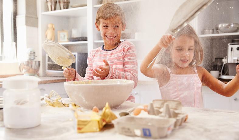 ילדים במטבח (צילום: שאטרסטוק)