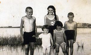ינטקה (במרכז מאחור) עם אחיה (צילום: ארכיון בית לוחמי הגטאות)