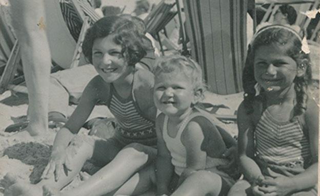 בנות גרייג'אורר בחוף הים לפני המלחמה (צילום: באדיבות אנט כהן)