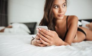 אישה וטלפון (צילום: shutterstock | DeanDrobot)