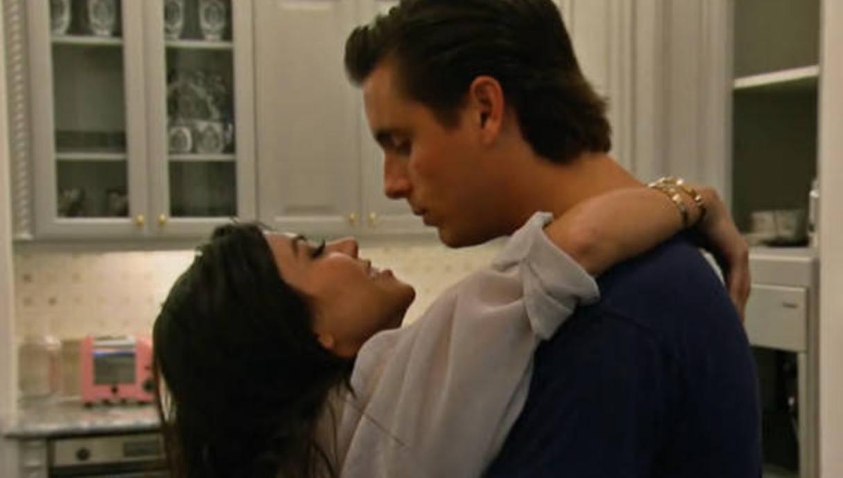 קורטני קרדשיאן וסקוט דיסיק מתנשקים