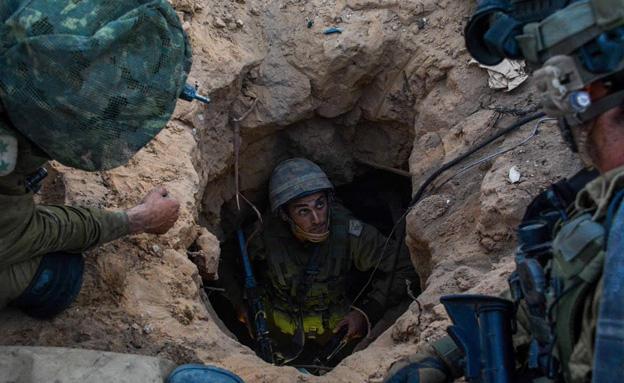 """חיילים בודקים מנהרת חמאס (צילום: דובר צה""""ל)"""