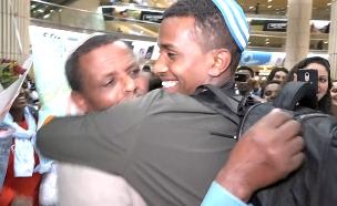 האיחוד המרגש בין הנער מסורב העלייה למשפחתו בישראל (צילום: חדשות 2)