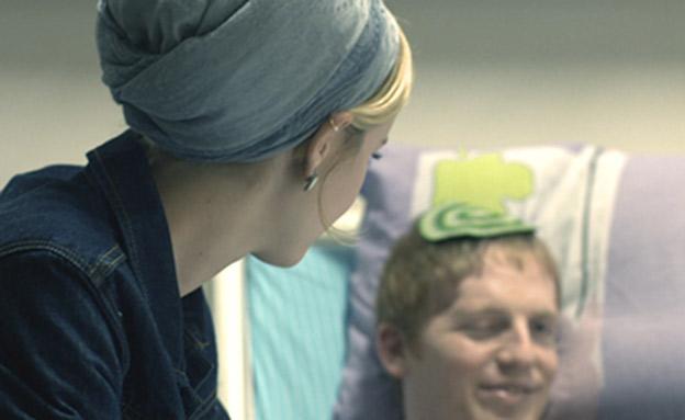 """רבקי ויהודה בעת אשפוזו (צילום: מתוך סרטה של כנרת חי גילאור """"גלי הדף"""")"""