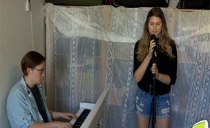 צפו: נערים שרים שירי ניצולים (צילום: החדשות)