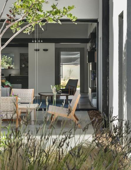 בית בשרון, עיצוב אירה שריג, גינה (צילום: עודד סמדר)