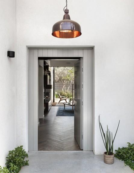 בית בשרון, ג, עיצוב אירה שריג, כניסה (צילום: עודד סמדר)