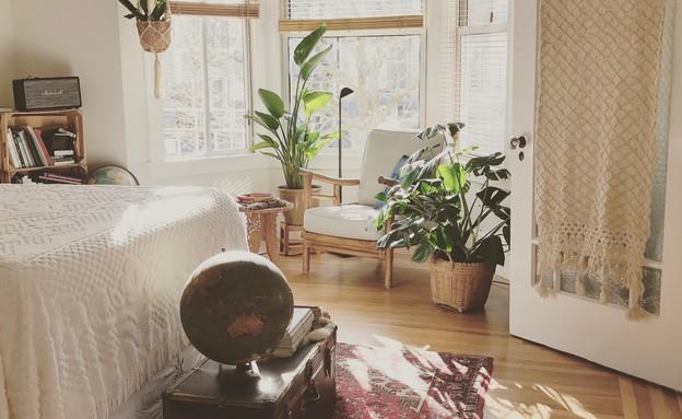 חדר שינה עם עציצים וצמחים