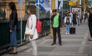 ישראלים עומדים בצפירה ביום הזיכרון (צילום: מרים אלסטר, פלאש 90)