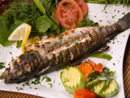 דג בגריל על צלחת לצד סלט חסה ועגבניות (צילום: nilgun bostanci, Istock)