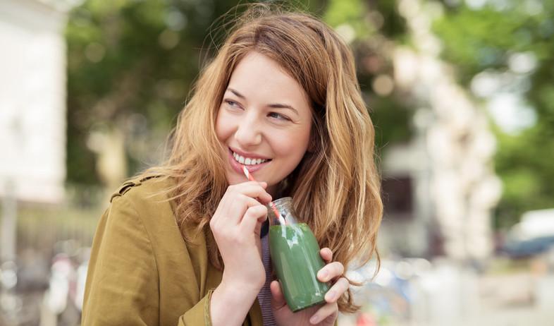 אישה שותה מיץ ירוק (צילום: racorn, Shutterstock)