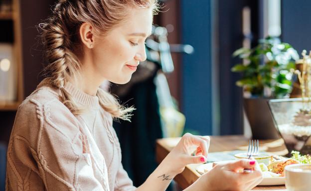 אישה אוכלת ארוחת בוקר (אילוסטרציה: kateafter | Shutterstock.com )