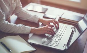אישה מקלידה על מחשב (צילום: Undrey, ShutterStock)
