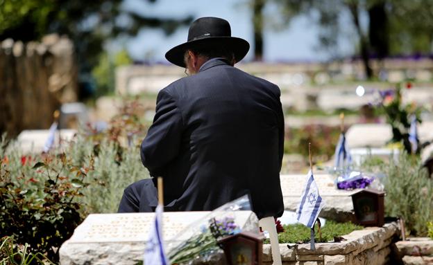 ישראל מתייחדת עם הנופלים (צילום: פלאש 90)
