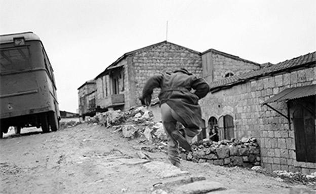 אדם נמלט מהאש בירושלים. 1948 (צילום: AP)
