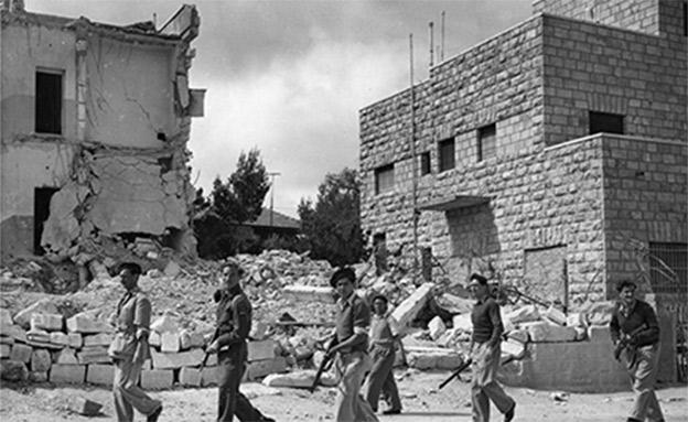 חיילי ההגנה בפטרול סביב ההריסות. ארכיון (צילום: AP)