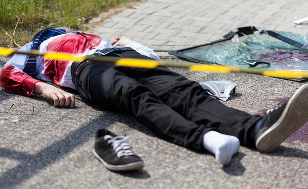 גופה בכביש (צילום: shutterstock | Photographee.eu)