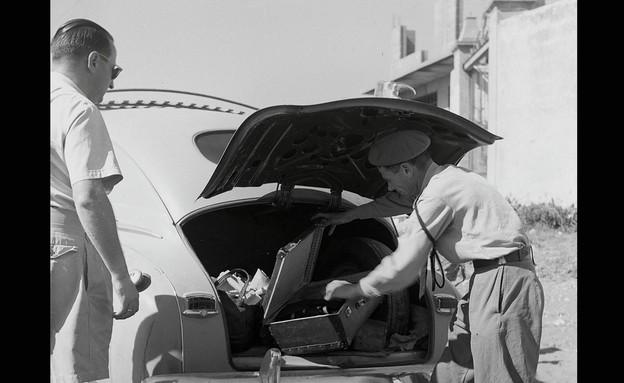 """ביקורת בתוך מכונית נגד השוק השחור והברחת מזון בימי הצנע בישראל (צילום: פריץ כהן - לע""""מ)"""