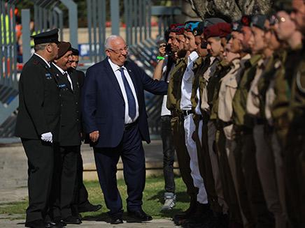 הנשיא והחיילים המצטיינים (צילום: פלאש 90 \ יונתן סינדל)