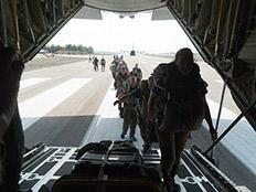 """הצנחנים עולים אל המטוס (צילום: דובר צה""""ל)"""