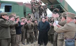 קים ג'ונג און עם חיילים, ארכיון (צילום: רוייטרס)