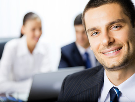 איש עסקים מחייך (צילום: אימג'בנק / Thinkstock)