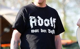"""חולצה עליה נכתב: """"היטלר הוא הטוב ביותר"""" (צילום: רויטרס)"""