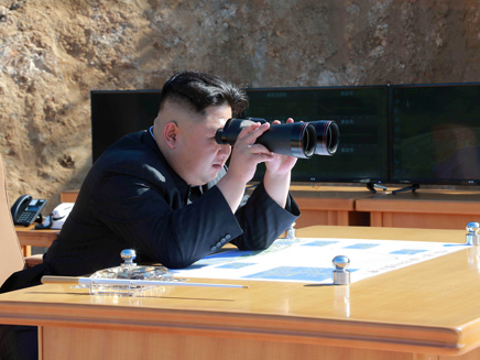 קים ג'ונג און בתרגיל צבאי - ארכיון