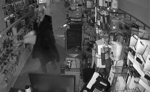 תיעוד: השחתת חנות הסלולר (צילום: מצלמות אבטחה )
