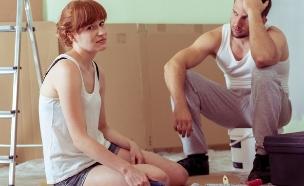 זוג מתוסכל באמצע שיפוץ דירה (אילוסטרציה: By Dafna A.meron, shutterstock)