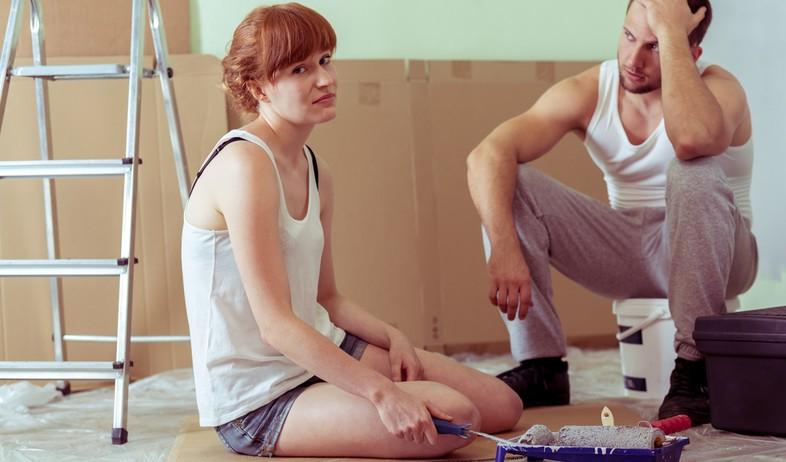 זוג מתוסכל באמצע שיפוץ דירה (אילוסטרציה: kateafter | Shutterstock.com )