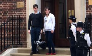 זוג עוזב את בית החולים סט. מארי בלונדון בזמן לידת התינוק המלכותי (צילום: James Longman, טוויטר)