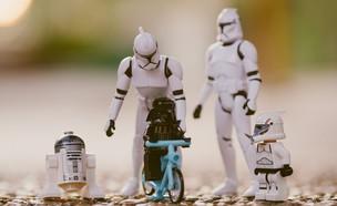 צעצועים מסדרת מלחמת הכוכבים מסודרים כמו משפחה (אילוסטרציה: Daniel Cheung, unsplash)