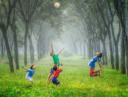 ילדים משחקים בפארק