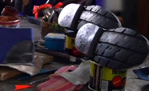 כך מייצרים נעליים מצמיגים. צפו (צילום: AP)