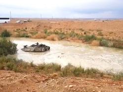 צפו: טנק גורר טנק ששקע בשלולית