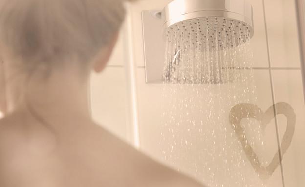 אישה מקלחת אדים (צילום: kateafter | Shutterstock.com )