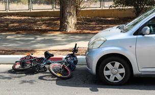 תאונת דרכים בין אופניים חשמליים לרכב (אילוסטרציה: By Dafna A.meron, shutterstock)