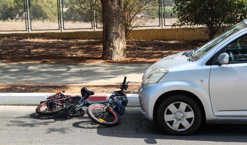 תאונת דרכים בין אופניים חשמליים לרכב (אילוסטרציה: kateafter | Shutterstock.com )