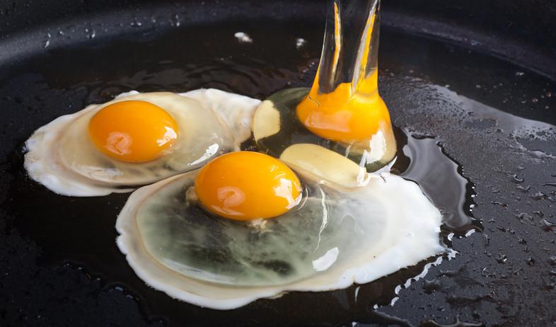 ביצים במחבת (צילום: By Dafna A.meron, shutterstock)