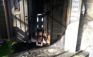 הצתת כניסה למסגד, ארכיון (צילום: אלון שני)
