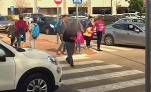ילד עובר מעבר חצייה (צילום: חדשות 2)