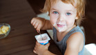 ילד אוכל יוגורט (אילוסטרציה: kateafter | Shutterstock.com )
