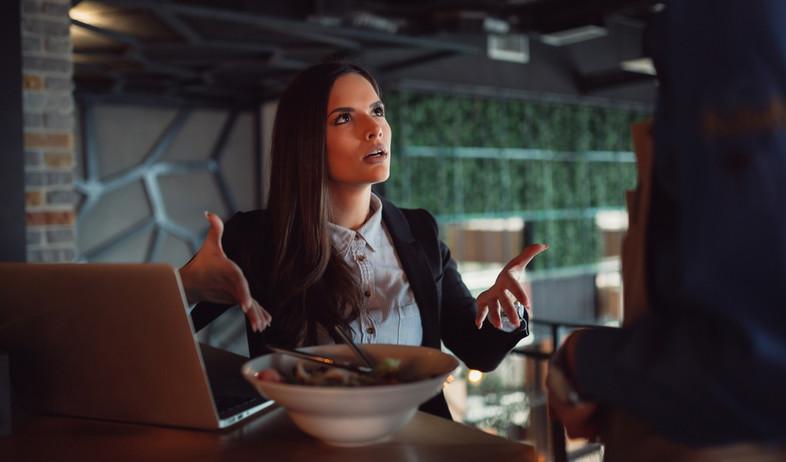 אישה מתלוננת על אוכל במסעדה (אילוסטרציה: By Dafna A.meron, shutterstock)