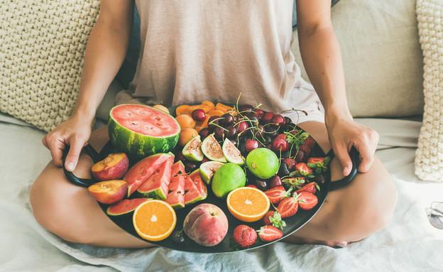 אישה מחזיקה קערת פירות (צילום: shutterstock)