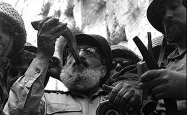 """הרב גורן במלחמת ששת הימים (צילום: לע""""מ, דויד רובינגר)"""