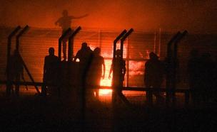 """ההצתות במעבר כרם שלום (צילום: דובר צה""""ל)"""